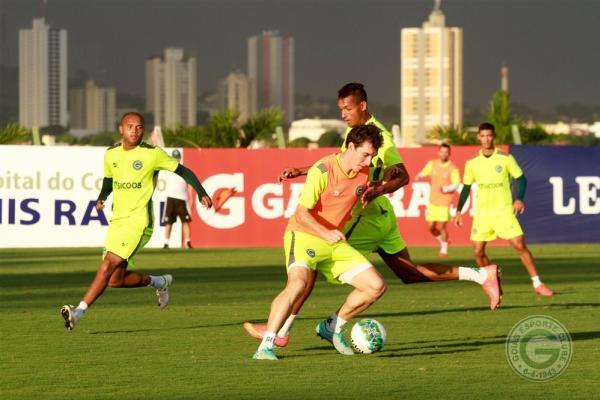Anderson Salles treina no Goiás